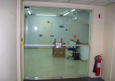 Αλλαγή υάλινης πόρτας με πόρτα με πλαίσιο αλουμινίου