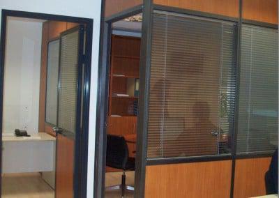 Κατασκευή κλειστού γραφείου με laminete και τζάμι με περσίδες και πόρτα