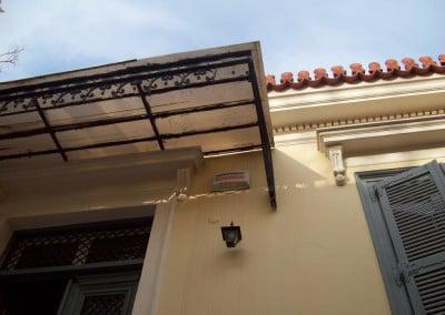 Τοπόθετηση στέγαστρου από πολυκαρβονικό φύλλο σε μονοκατοικία στην πλάκα