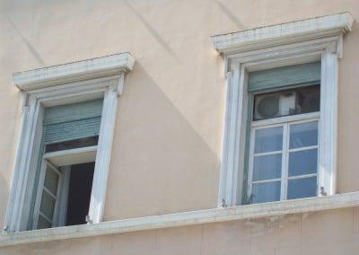 Αντικατάσταση ξύλινων παραθύρων εξωτερική όψη σε δημόσιο κτίριο