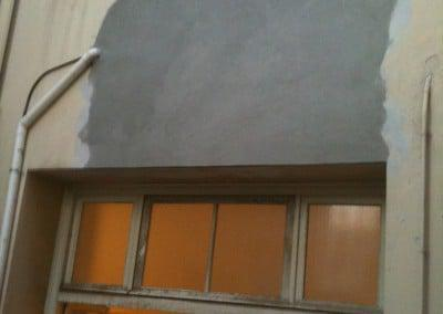Εργασίες αποκατάστασης σοβά σε εξωτερική επιφάνεια ακάλυπτου χώρου δημόσιου κτιρίου